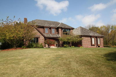 Waukesha County Single Family Home For Sale: 4385 S Sommerset #Dr