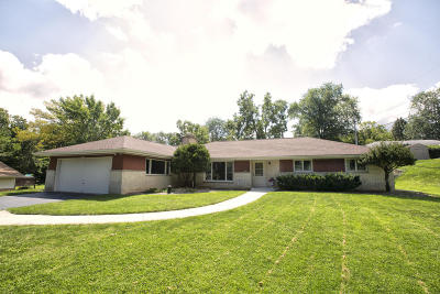 Waukesha County Single Family Home For Sale: 16585 Siesta Ln