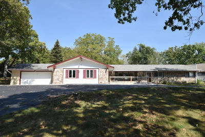 Waukesha County Single Family Home For Sale: 21530 W Lochleven Ln