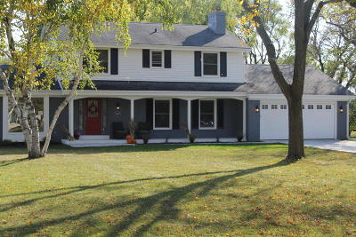 Mequon Single Family Home For Sale: 1429 W River Oaks Ln