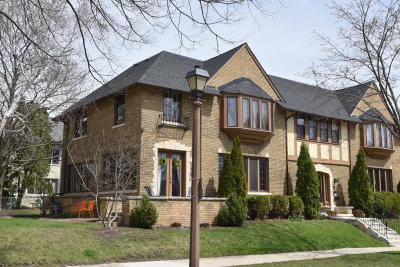 Shorewood Condo/Townhouse For Sale: 2500 E Wood Pl