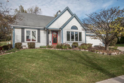 Waukesha Single Family Home For Sale: 2718 Oakcrest Dr