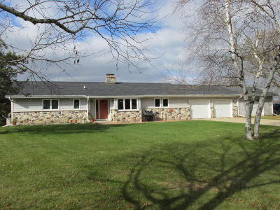 Kewaskum Single Family Home Active Contingent With Offer: 8409 Hilltop Ln