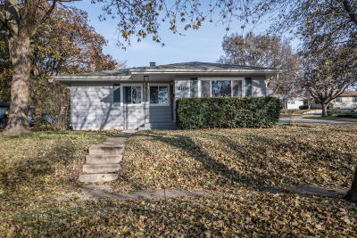 Waukesha Single Family Home Active Contingent With Offer: 2100 Garvens Ct