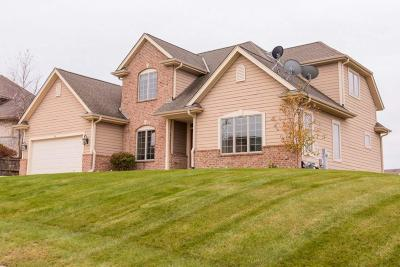 Waukesha Single Family Home For Sale: 516 Oakmont Dr