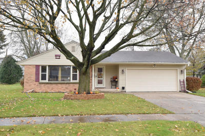 Ozaukee County Single Family Home Active Contingent With Offer: 932 N Webster St