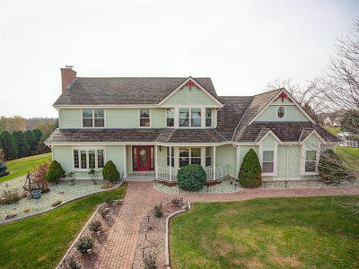 Pewaukee WI Single Family Home Active Contingent With Offer: $419,000