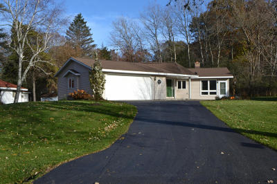 Single Family Home Active Contingent With Offer: N4918 Del Ln