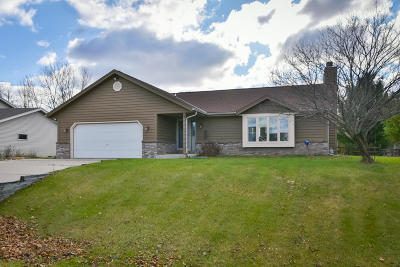 Slinger Single Family Home For Sale: 5577 Stonefield Rd