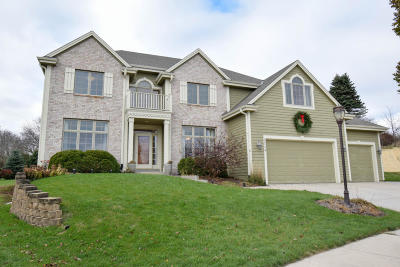 Waukesha Single Family Home Active Contingent With Offer: 2324 Rustic Woods Ct