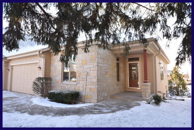 Waukesha Condo/Townhouse Active Contingent With Offer: 512 Garden Prairie Dr