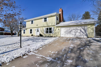 Waukesha Single Family Home Active Contingent With Offer: 2336 Bramblewood Ct