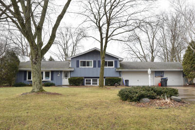 New Berlin Single Family Home Active Contingent With Offer: 5725 S Summit Ln