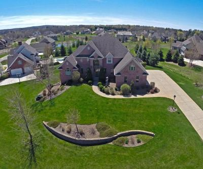 Delafield Single Family Home For Sale: 2165 Carriage Hills Dr