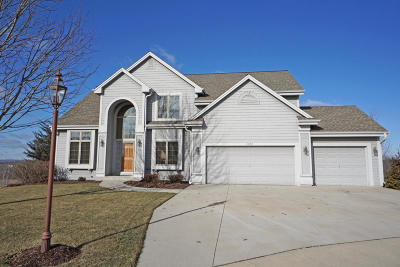 Waukesha Single Family Home For Sale: 2220 Deer Path