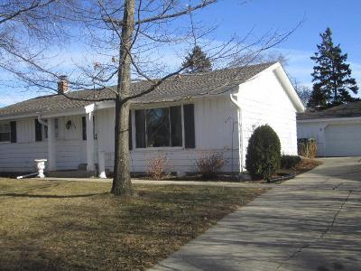 Ozaukee County Single Family Home Active Contingent With Offer: 258 S Colonial Pkwy