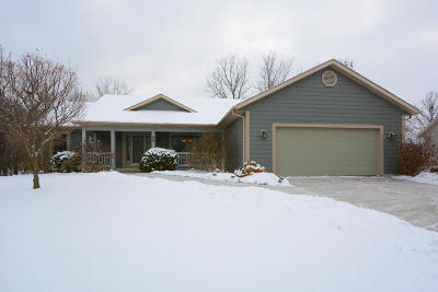 Delafield Single Family Home For Sale: 58 Woodberry Dr