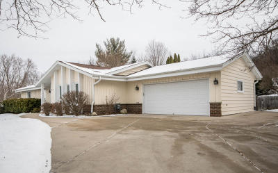 Waukesha Single Family Home For Sale: 215 Mandan Dr