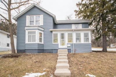 Hartland Single Family Home Active Contingent With Offer: 242 W Capitol Dr