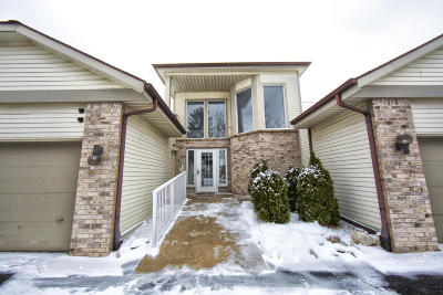 Pewaukee Condo/Townhouse For Sale: 1414 Sunnyridge Rd #4