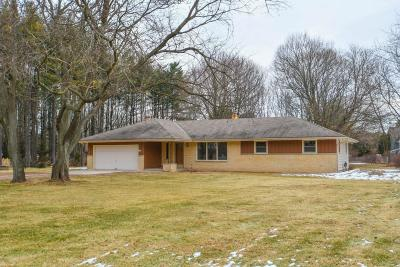 Delafield Single Family Home Active Contingent With Offer: 940 Mill Rd