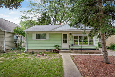 Milwaukee WI Single Family Home Active Contingent With Offer: $124,900