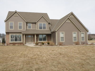 Hartland Single Family Home For Sale: N74w28630 Zimmers Xing