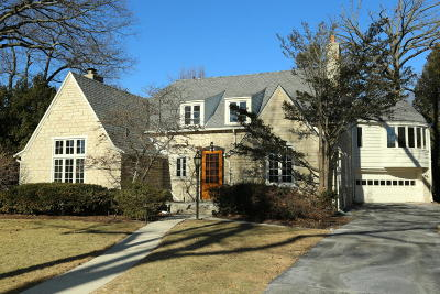 Milwaukee County Single Family Home Active Contingent With Offer: 1028 E Lexington Blvd