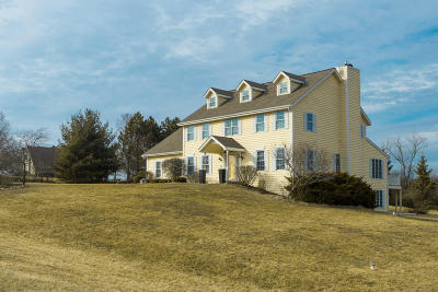 Delafield Single Family Home Active Contingent With Offer: S4w31138 Hidden Hollow