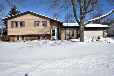 Pewaukee Single Family Home Active Contingent With Offer: 1275 Timber Rdg