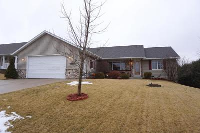 Kewaskum Single Family Home Active Contingent With Offer: 824 Odawa Cir