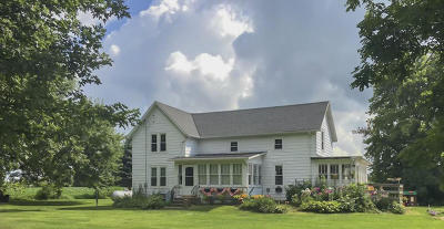 Fort Atkinson WI Single Family Home Active Contingent With Offer: $199,900