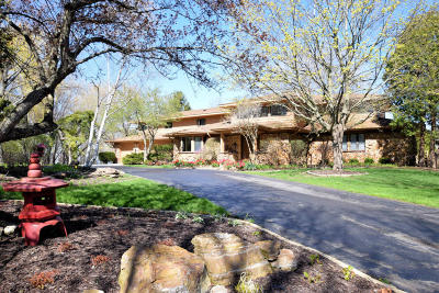 Mequon Single Family Home Active Contingent With Offer: 326 W Seacroft Ct