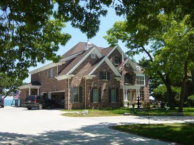 Kenosha County Single Family Home For Sale: 8757 Lakeshore Dr