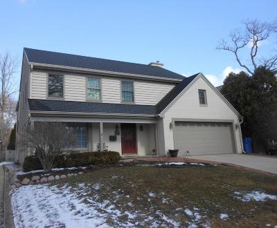 Milwaukee County Single Family Home Active Contingent With Offer: 1096 E Circle Dr