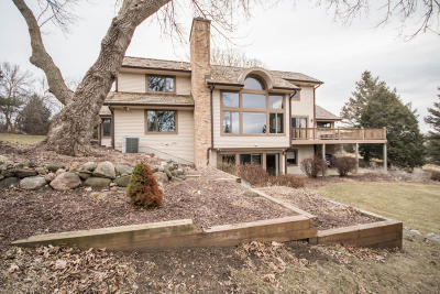 Waukesha Single Family Home For Sale: 220 N Comanche Ln
