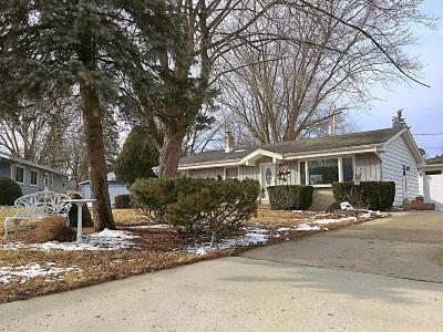 Menomonee Falls WI Single Family Home Active Contingent With Offer: $209,900