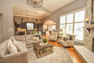 Hartland Single Family Home For Sale: 1005 N Bluespruce Cir
