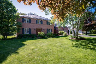 Milwaukee County Single Family Home For Sale: 8581 N Lake Dr