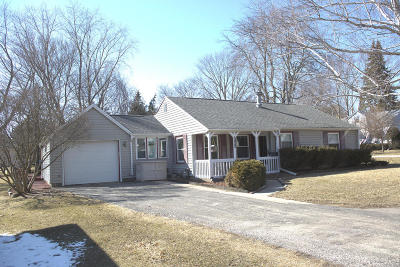 Waukesha WI Single Family Home Active Contingent With Offer: $184,900