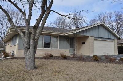 Waukesha WI Single Family Home Active Contingent With Offer: $199,900