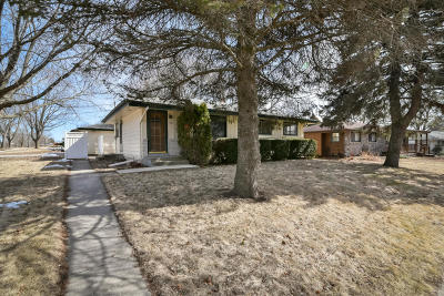 Ozaukee County Single Family Home Active Contingent With Offer: 1558 N Holden