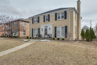 Wauwatosa WI Single Family Home Active Contingent With Offer: $424,900