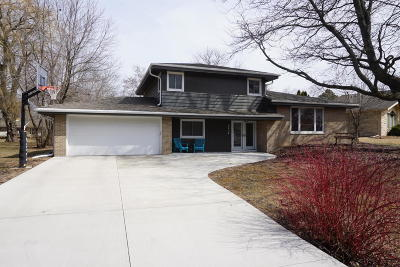 Milwaukee County Single Family Home Active Contingent With Offer: 8536 N Pelham Pkwy