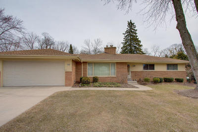Brookfield Single Family Home Active Contingent With Offer: 1560 Helene #Dr