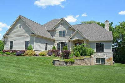 Delafield Single Family Home For Sale: 2000 Carriage Hills Dr