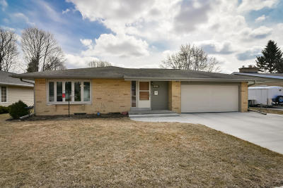 West Bend Single Family Home Active Contingent With Offer: 829 Meadowbrook Dr