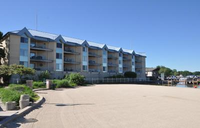 Pewaukee Condo/Townhouse For Sale: 130 W Wisconsin Ave #20