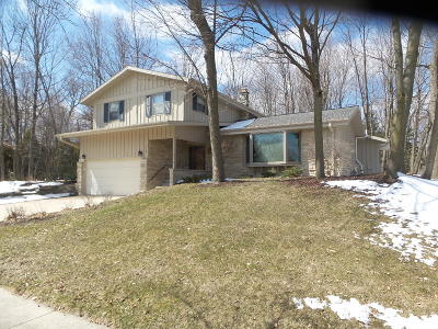 West Bend Single Family Home For Sale: 1062 Timberline Dr