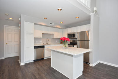 Pewaukee Condo/Townhouse Active Contingent With Offer: N17w26840 E Fieldhack Dr #F